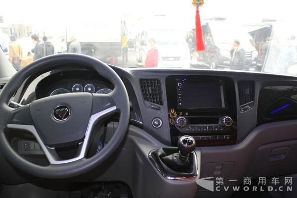 同时,遵循欧洲安全标准,两款新品均配置助力转向、全车三点式安全带、主驾驶安全气囊等,满足车辆出行的安全要求。在内部设计上,全车以舒适简洁风格为主,全包内饰、前后空调、前后暖风、侧门踏步灯、遥控中控锁、遥控钥匙、外后视镜电动调节等配置尽显人性化;而舱室氛围灯、壁灯、实木地板、180度豪华旋转座椅、高档影音娱乐系统、多功能吧台等专用配置,更使得两款房车新品成为集家庭日常生活和旅居休闲娱乐于一体的潮流旅居车新贵。